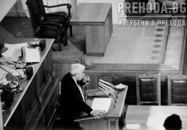 Луканов подава оставка. Комунисти се надигат в негова подкрепа