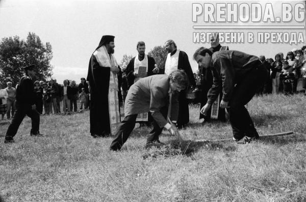 Митрополит Инокентийй прави първа копка на параклиса пред НДК