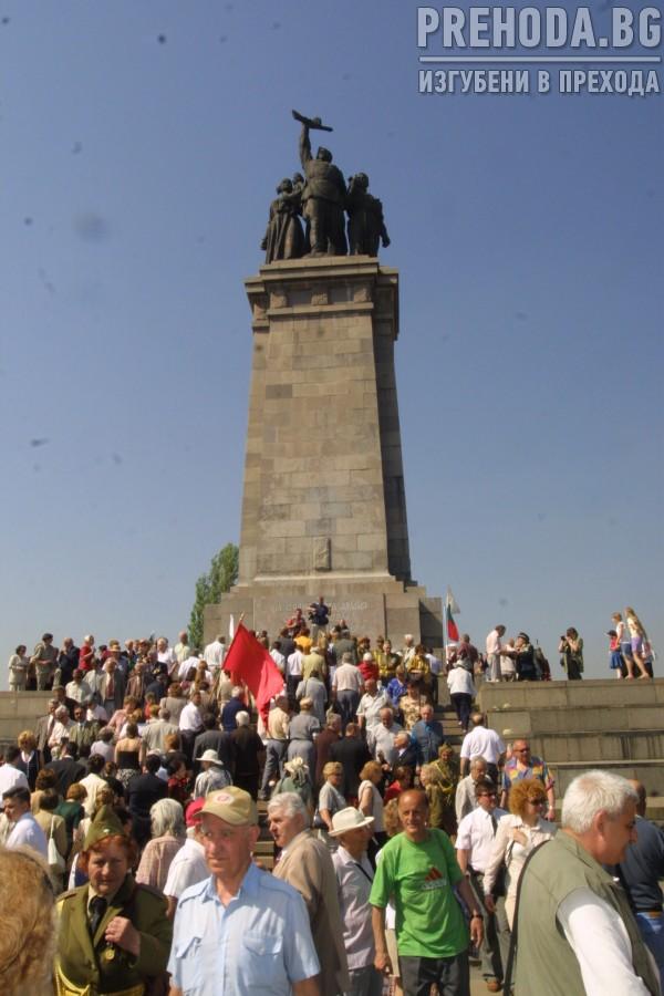 Пети май - честване пред Паметникът на незнайния воин и пред Паметника на съветската армия