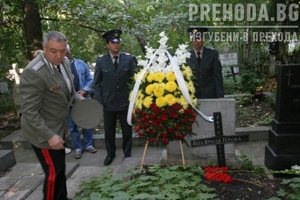 Пожарникари пред гроба на Захарчук-панахида 2004.9